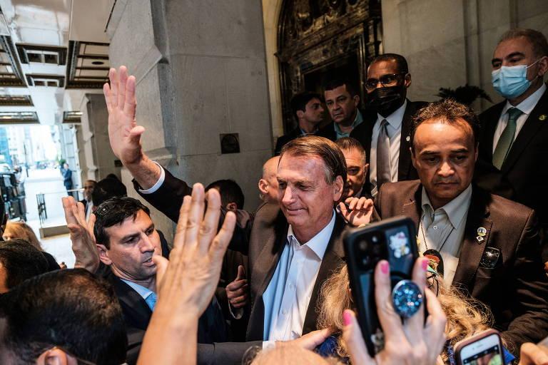 Presidente Jair Bolsonaro acena a apoiadores em frente a hotel em Nova York