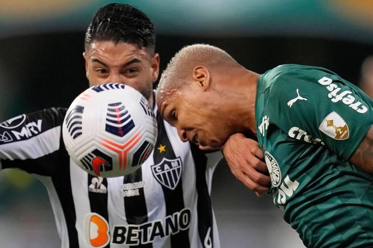 Deyverson, do Palmeiras, disputa bola com Nathan, do Atlético-MG