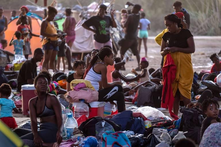 Imigrantes sob ponte na fronteira entre EUA e México em Del Rio, no Texas