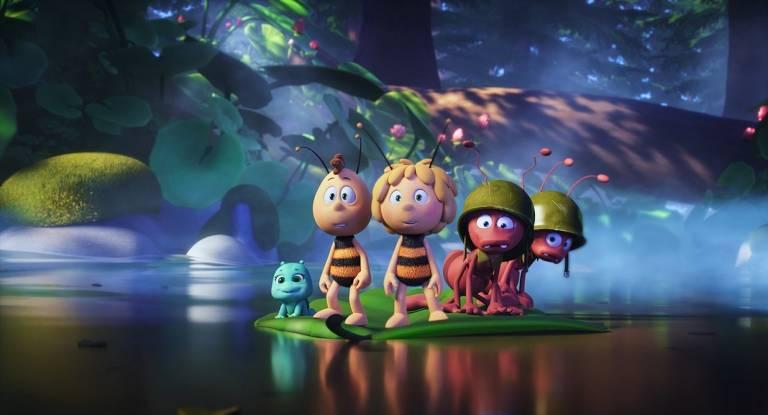 duas abelhas e duas formigas em um lago