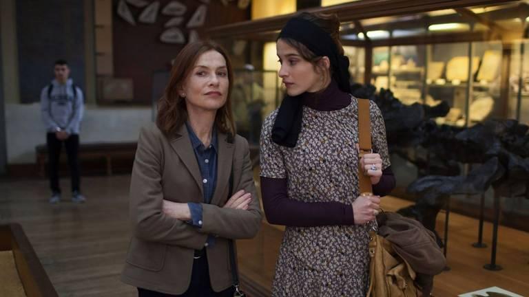Duas mulheres conversando em pé na rua