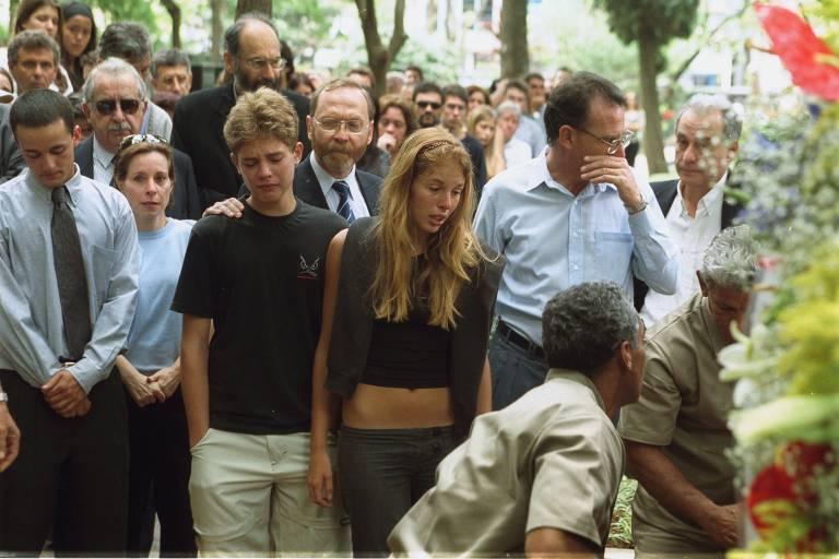 Enterro do casal Manfred e Marísia von Richthofen, assassinados em 2002. No centro, a filha do casal, Suzane von Richthofen, condenada a quase 40 anos de prisão pelo assassinato. Ao lado, seu irmão, Andreas, e seu então namorado, Daniel Cravinhos, também condenado pelo crime.