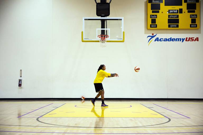 Seimone Augustus passa a bola de basquete durante treino do Los Angeles Sparks