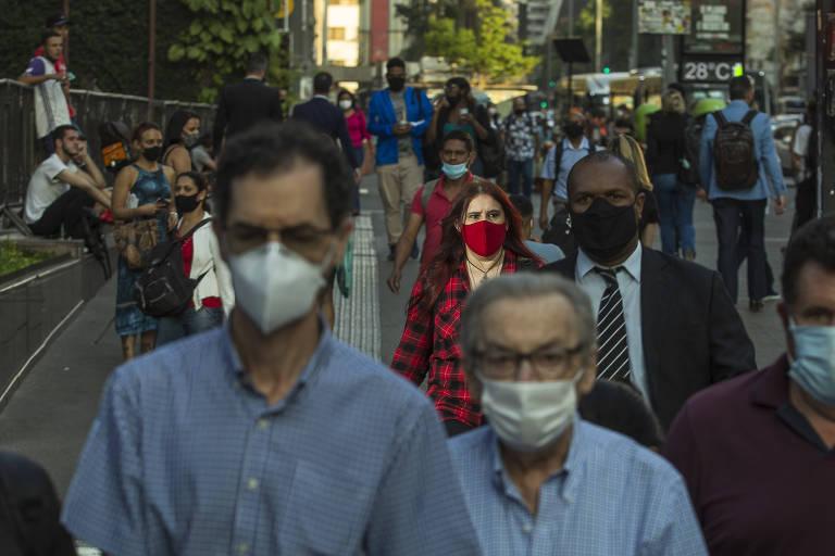 Pedestres usam máscara na avenida Paulista, em São Paulo
