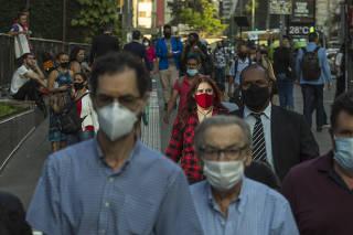 Ensaio de pessoas usando mascara