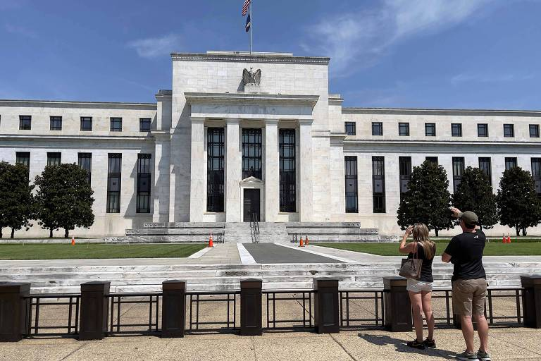 Turistas tiram fotos do prédio do Federal Reserve, em Washington, nos Estados Unidos