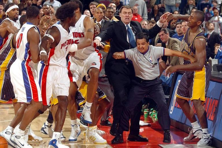 Cena da confusão entre jogadores do Detroit Pistos (de branco) e do Indiana Pacers, em 2004