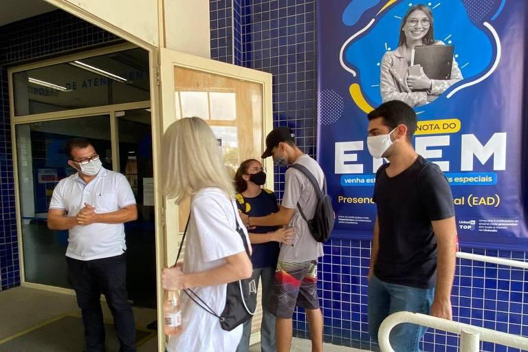São Paulo, 17 de janeiro de 2021. Estudantes chegam à Unip Barra Funda/Marquês de São Vicente para a prova do Enem 2020, adiado para janeiro de 2021 por causa da pandemia. A prova é marcada por uma série de restrições por causa do coronavírus. Foto: Marlene Bergamo/Folhapress