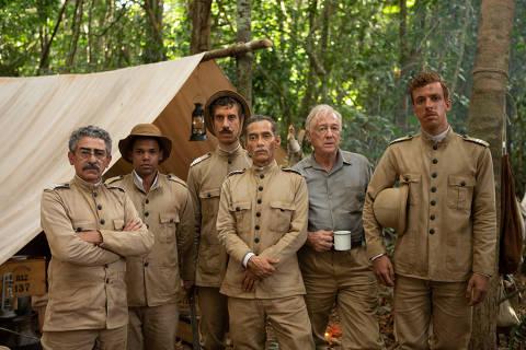 Chico Diaz (centro), caracterizado como Marechal Rondon, e a equipe que ele lidera na expedição à Amazônia em 'O Hóspede Americano', série do HBO Max dirigida por Bruno Barreto