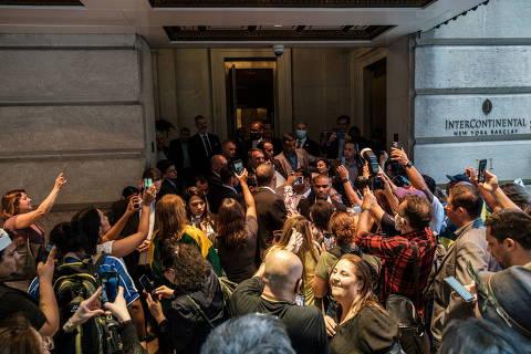 Bolsonaro cumprimentou apoiadores em NY mesmo após saber de infecção de Queiroga