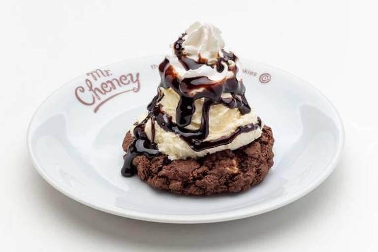 Cookie Ice Mountain, com bola de sorvete de creme, chantili e calda de caramelo ou chocolate, da rede Mr. Cheney