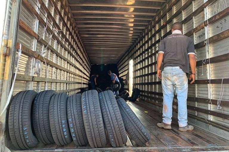 A polícia prendeu em flagrante oito integrantes de uma quadrilha especializada em roubo de carga em Santa Barbara D'Oeste (SP), na quarta-feira (22). Uma carreta carregada de pneus foi encontrada em um canavial