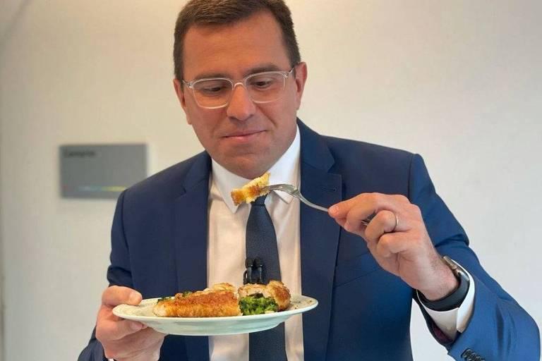 Rodrigo Bocardi experimenta frango à Kiev que Ana Maria mandou entregar no Bom Dia SP