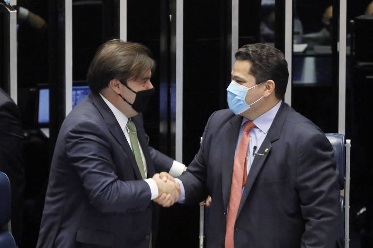 Rodrigo Maia, então presidente da Câmara dos Deputados, e Davi Alcolumbre, então presidente do Senado, cumprimentam-se em sessão que promulgou a emenda à Constituição sobre o Fundeb