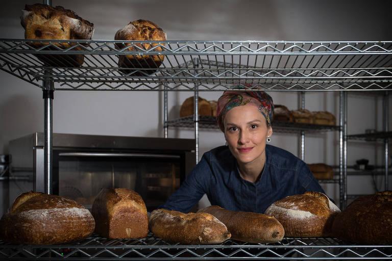 Iza está atrás de prateleiras com pães
