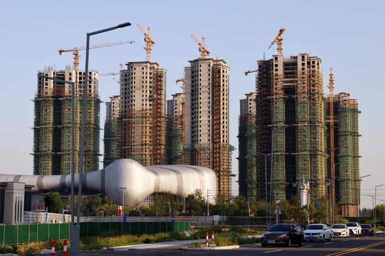 Prédios residenciais em construção e centro cultural desenvolvidos pela Evergrande na província de Jiangsu, na China