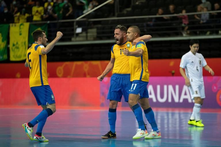 Jogadores da seleção brasileira de futsal comemoram gol contra o Japão
