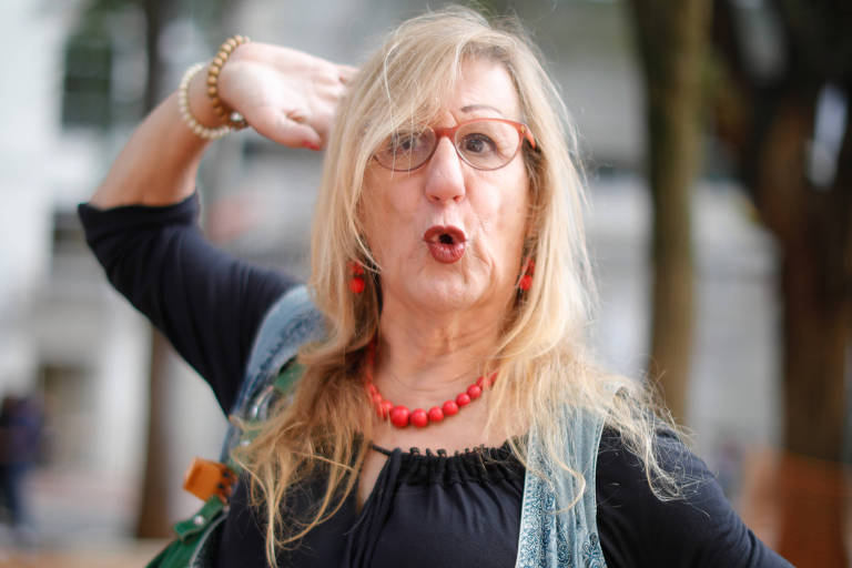 Mulher trans loira faz pose para foto