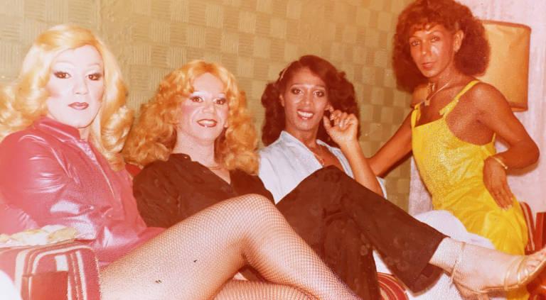 Beth Carioca, funcionária de Jacqueline Blábláblá, com Suzy Parker, Andreia Braun e Kelly Cunha