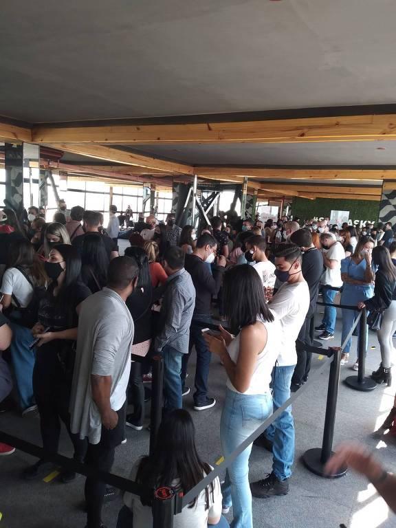 Atração com deques de vidro no centro de São Paulo está sendo criticada nas redes sociais pelas filas com mais de quatro horas de duração