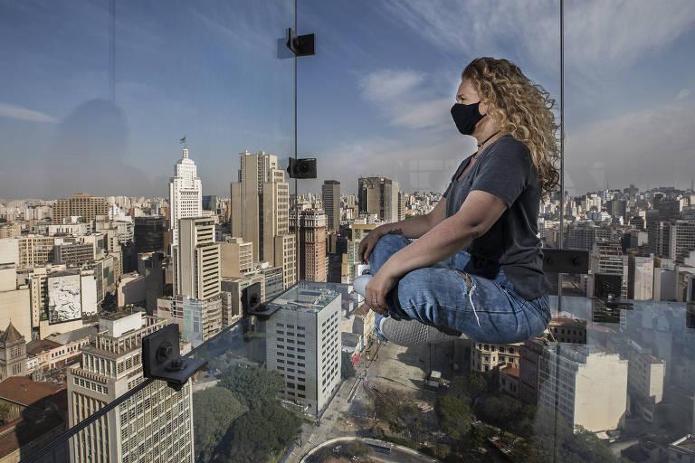 Patricia Spagnuolo, gerente de operações do Sampa Sky, usa máscara em foto no mirante de vidro