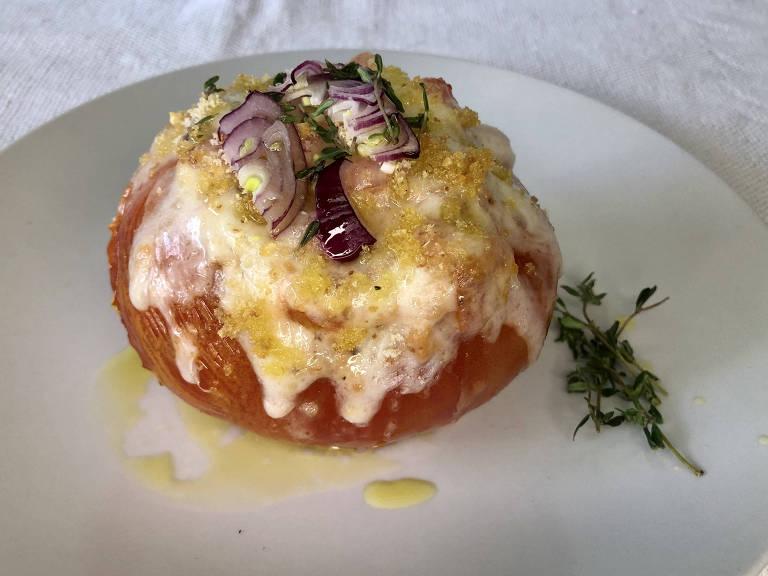 Tomate recheado com queijo e cebola roxa
