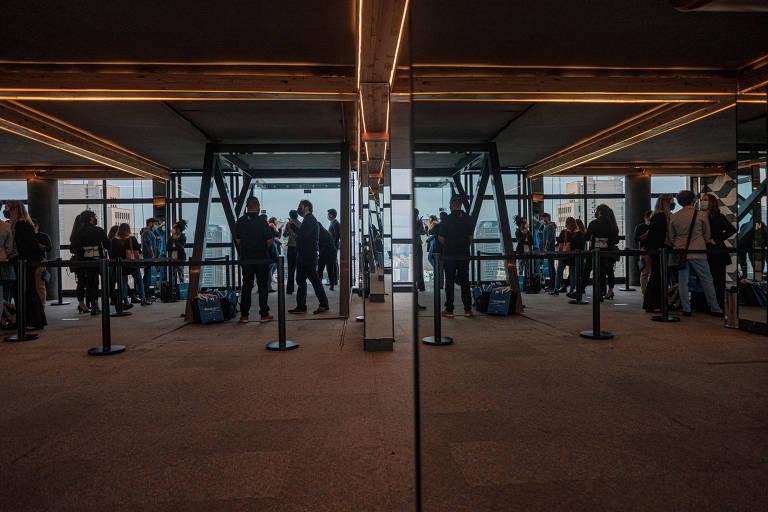 Foto tirada nos primeiros dias de operação do Sampa Sky, com uma longa fila de pessoas aguardando o momento de tirar fotos nos deques de vidro