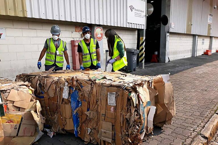 Contêineres cheios de lixo chegam ao porto de Santos