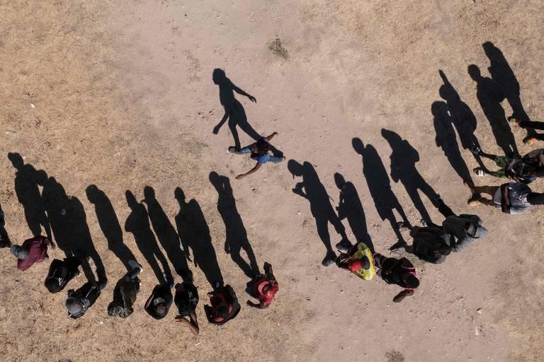 Migrantes haitianos que tentam chegar aos EUA fazem fila para receber alimentos em um abrigo em Ciudad Acuña, no estado de Coahuila (México)