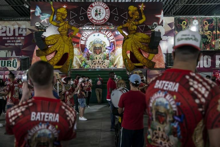 Integrantes da Mocidade Alegre, do bairro do Limão (zona norte da cidade de São Paulo), durante ensaio da bateria na quadra da escola de samba visando o Carnaval de 2022. Agremiação exigiu comprovante de vacinação.