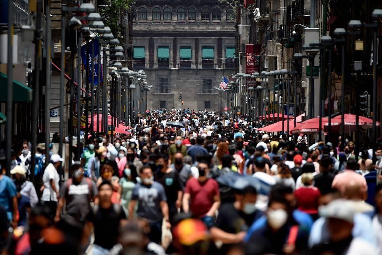 Grande número de pessoas andando na rua