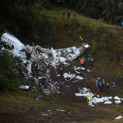 (FILES) This file photo taken on November 29, 2016 shows rescuers searching for survivors from the wreckage of the LAMIA airlines charter plane carrying members of the Chapecoense Real football team that crashed in the mountains of Cerro Gordo, municipality of La Union, on November 29, 2016. A charter plane carrying the Brazilian football team crashed in the mountains in Colombia late Monday, killing as many as 75 people, officials said.  / AFP PHOTO / Raul ARBOLEDA ORG XMIT: LRO007