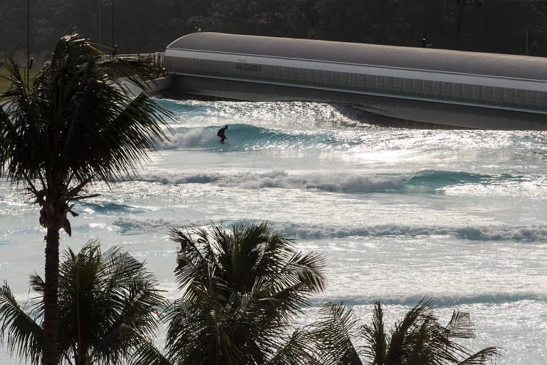 Surfista na onda da Praia da Grama