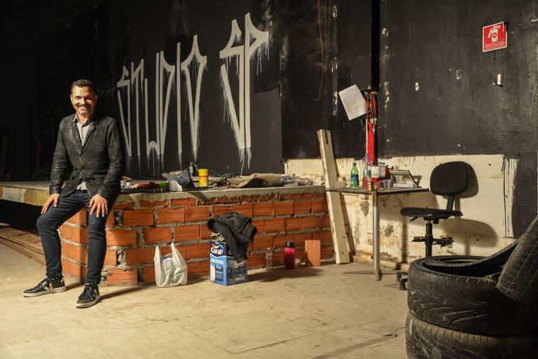 O fundador do espaço, Alê Youssef, posa no palco baixo ainda em construção; reabertura é tocada por ele com apoio da Heineken e dos sócios Ronaldo Lemos e Alê Natacci