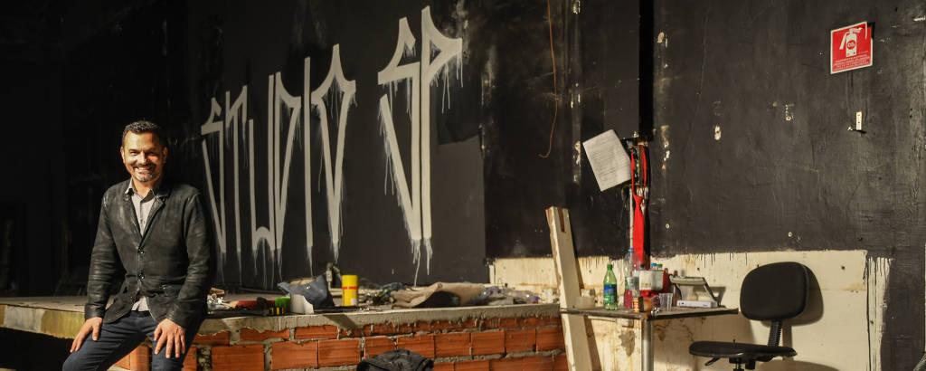 Alê Youssef posa no palco ainda em construção do Studio SP, que deve reabrir as portas em novembro