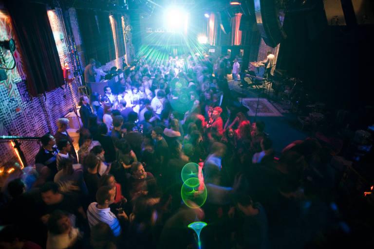 Ambiente do Studio SP durante festa com música brasileira em 2009