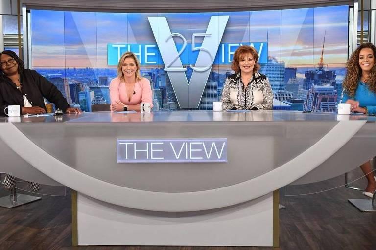 Quatro mulheres sentadas atrás de uma bancada com o escrito 'The View' em azul claro