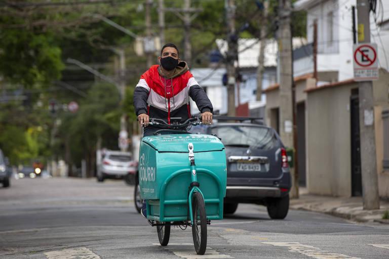 Bicicleta cargueira modelo Long John circula pelas ruas do Brooklin (zona sul de SP)