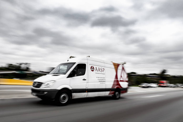 Trafegando pela rodovia, um veículo branco, de pequeno porte, adesivos em vermelho da associação, que mostram a sigla AASP e um triângulo que tem as pontas voltadas para dentro, a exemplo da balança da Justiça
