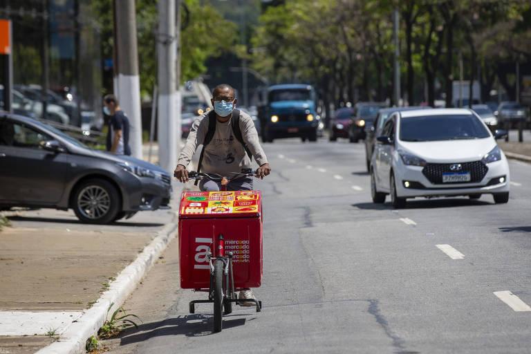 Bicicleta cargueira circula pelas ruas da zona sul de São Paulo