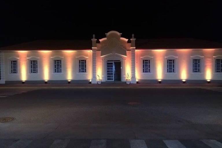 Imagem mostra prédio da estação ferroviária de Presidente Epitácio, com iluminação especial