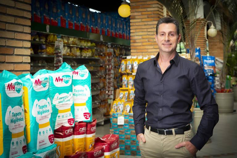 homem em loja de produtos pet