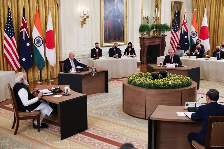 Em mesas distantes devido à Covid-19, Biden (centro) recebe os premiês Modi (esq.), Morrison (dir.) e Suga (de costas) na Casa Branca