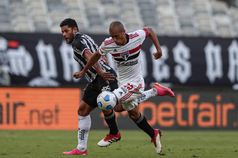 Miranda e Hulk durante o confronto entre Atlético-MG e São Paulo no 1º turno do Brasileiro