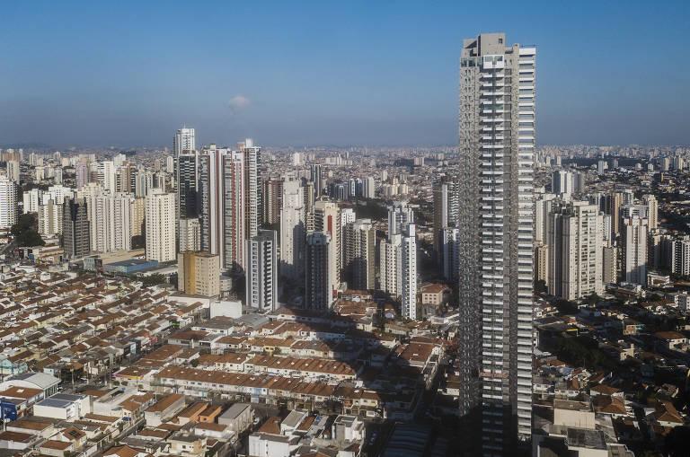 Prédio alto em bairro com casas