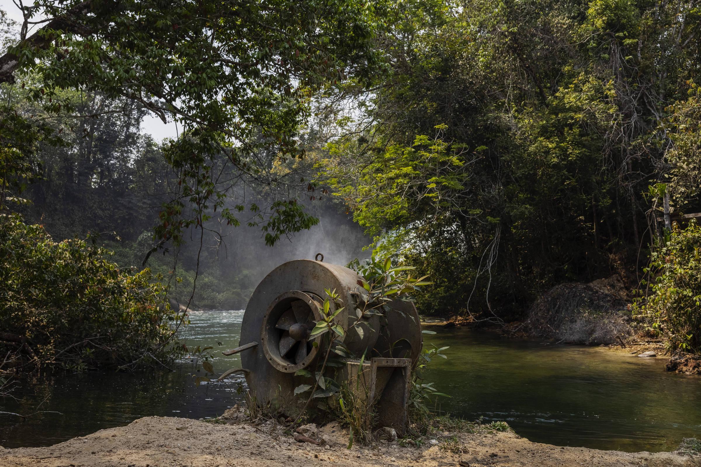 Peça abandonada utilizada na construção de uma pequena central hidrelétrica no rio Cravari, no limite da Terra Indígena Irantxe, por um fazendeiro vizinho