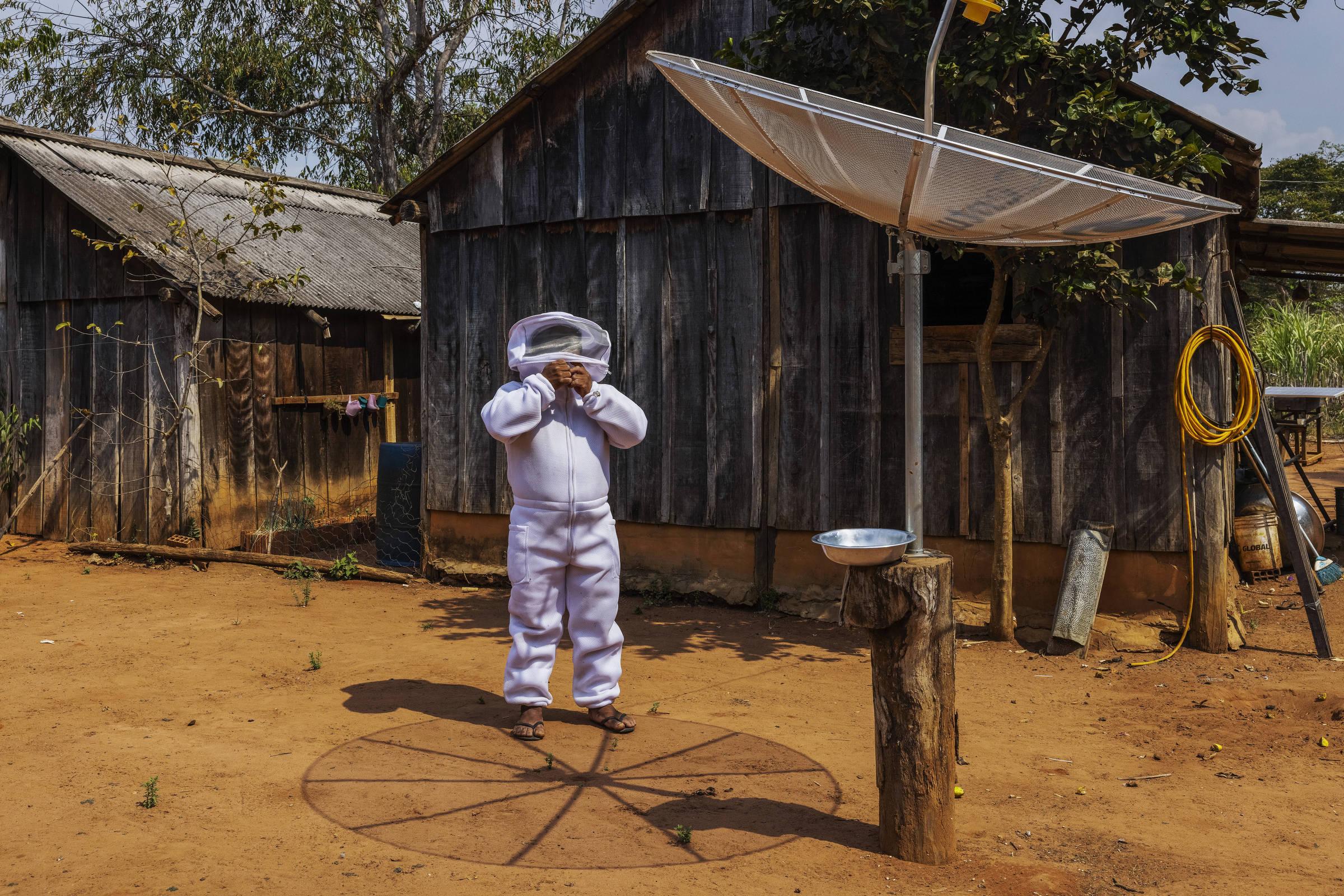 O manoki Paulo Marcos Tupxi, que produz mel em sua aldeia 13 de maio, na Terra Indígena Irantxe, em Brasnorte (MT)