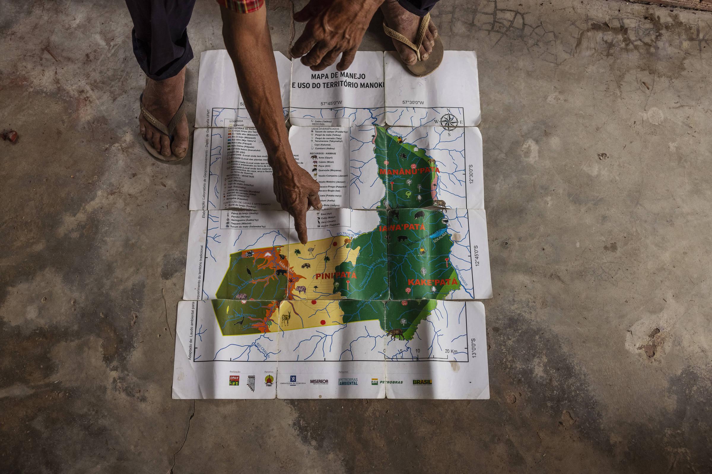 O cacique Manoel Kanunxi, 71, mostra um mapa com o território Manoki