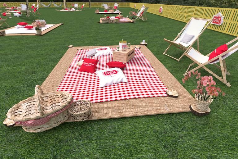 Toalha de piquenique xadrez em um gramado com almofadas e cesta