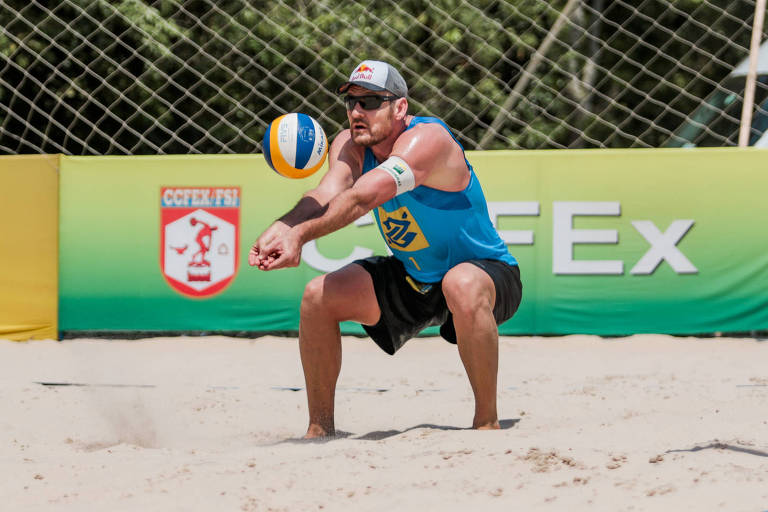 Alison recebe a bola em quadra de areia